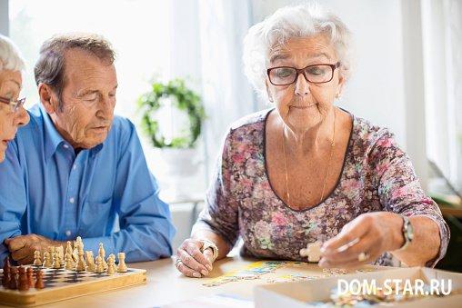 Увлечения и хобби для пожилых людей Досуг для пожилых людей и  пожилая женщина собирает пазлы